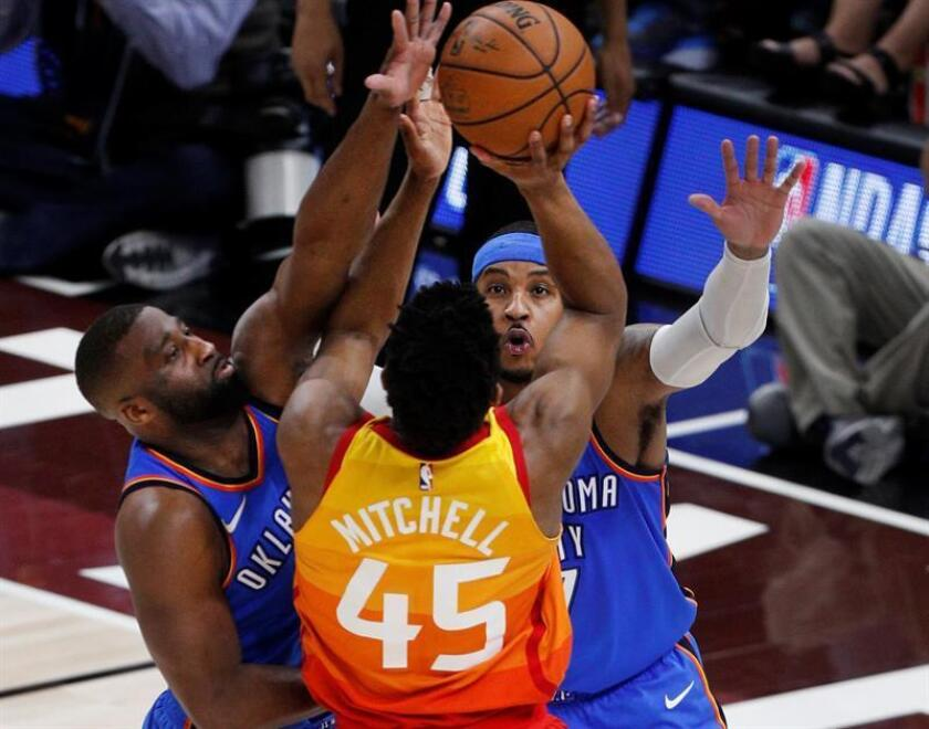 Oklahoma City Thunder guard Raymond Felton (L) and forward Carmelo Anthony (R) defend Utah Jazz guard Donovan Mitchell (C) in the second half during the NBA Western Conference First Round playoff game three at Vivint Smart Home Arena in Salt Lake City, Utah, USA, 21 April 2018. EFE/Archivo