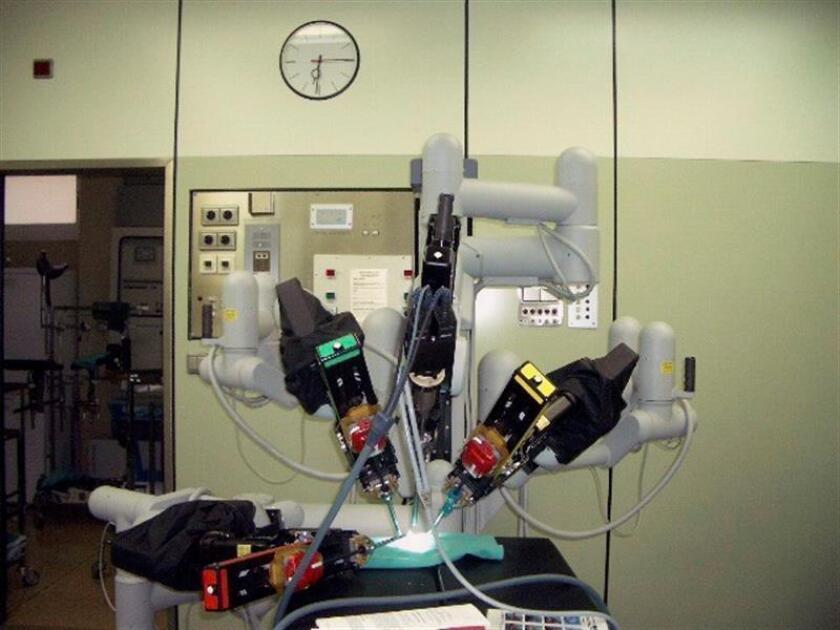 Imagen del robot Da Vinci utilizado en cirugía pediátrica, ginecológica y urológica, dotado con cámaras de visión y cuatro brazos que permiten al cirujano operar al paciente con más precisión. EFE/SOLO USO EDITORIAL