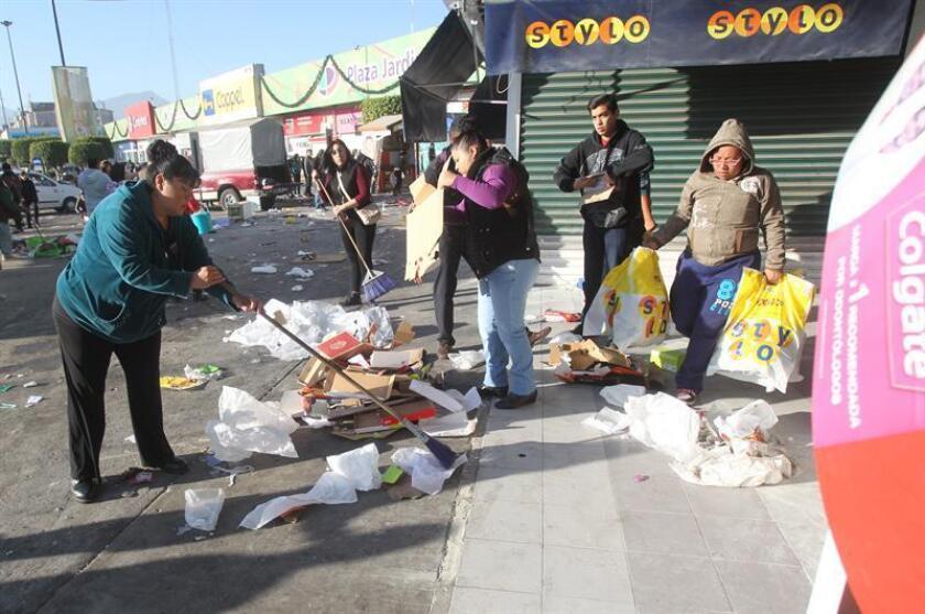 """Completamente pelado, así lucía este jueves el centro comercial Plaza Jardines de Tultitlán, en el Estado de México, convertido en una auténtica """"zona cero"""" por los saqueos que durante casi 24 horas dejaron sin ninguna mercancía decenas de tiendas, sin que intervinieran las fuerzas del orden. EFE"""