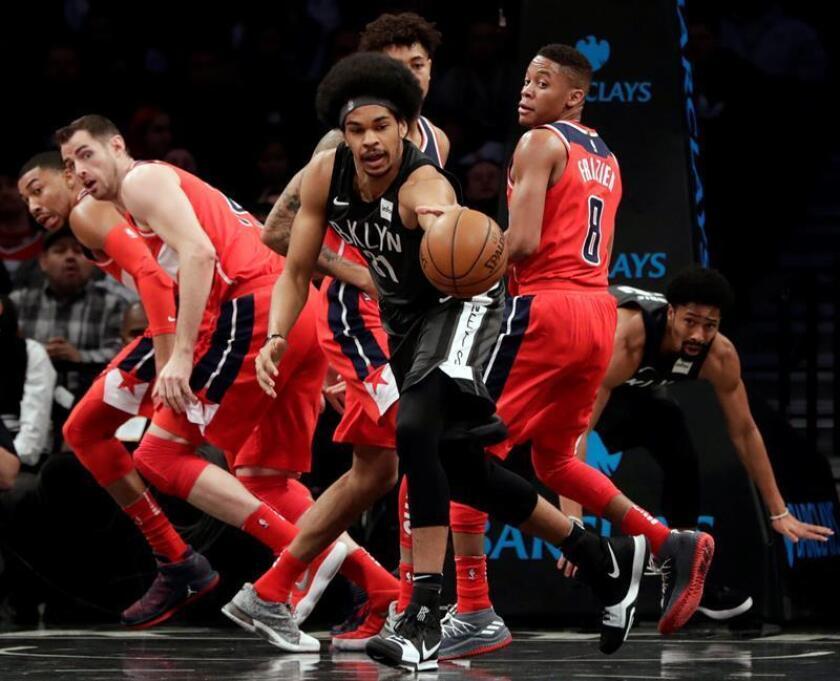 Jarrett Allen (c), de los Nets de Brooklyn, fue registrado este martes al disputar un balón con la defensa de los Wizards de Washington, durante un partido de la NBA, en Barclays Center de Brooklyn (Nueva York, EE.UU.). EFE