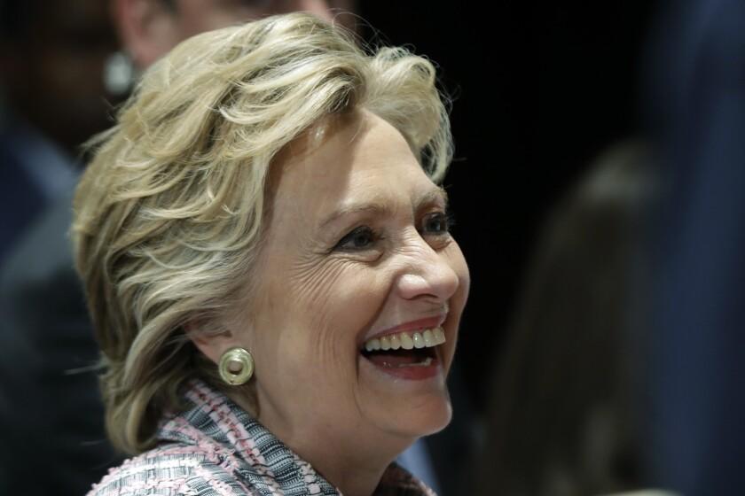La candidata presidencial demócrata Hillary Clinton sonríe durante una escala de campaña en Fort Pierce, Florida. (AP Foto/Matt Rourke)