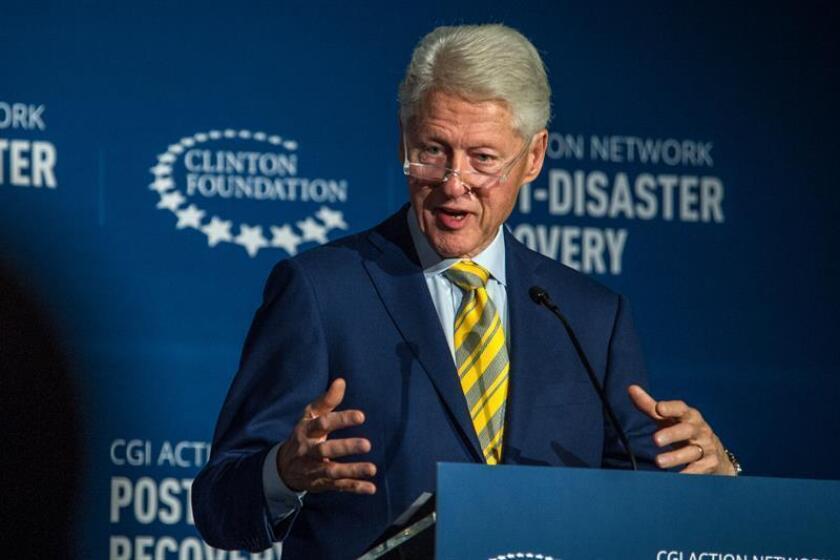 """El expresidente estadounidense Bill Clinton habla hoy, martes 7 de agosto de 2018, durante una reunión de """"seguimiento"""" en la Universidad de Miami (UM) al daño que ocasionan los huracanes. EFE"""