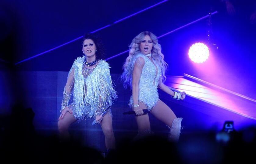 """Las cantantes mexicanas Alejandra Guzmán (i) y Gloria Trevi se presentan en el marco de su gira """"Versus"""". EFE/Archivo"""