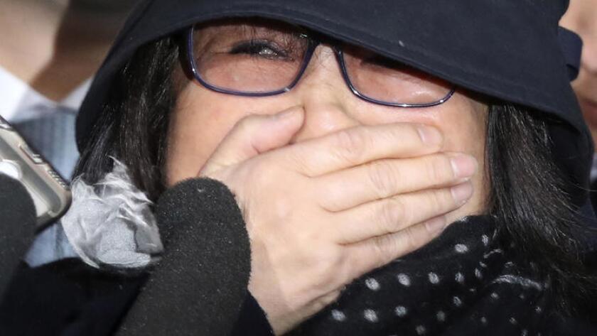 Choi Soon-sil, la hija de un líder de culto con décadas de conexión con la presidente de Corea del Sur, Park Geun-hye, llega a la Fiscalía de Distrito de Seúl, el 31 de octubre de 2016. (Seo Myung-gon/Yonhap via AP).