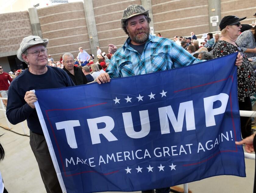 Hombres blancos y votantes inseguros, los responsables de que Trump siga adelante en nuestra encuesta