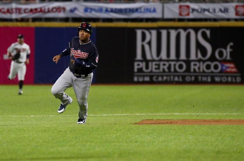 En la imagen un registro de José Ramírez, antesalista dominicano de los Indios de Cleveland, quien aportó cinco carreras con dos vuelacercas en el triunfo de su equipo 19-4 sobre los Rojos de Cincinnati. EFE/Archivo