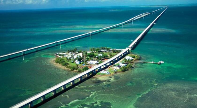 A quien no le gustaría transitar y tener al mar Caribe de lado. Esta carretera construida para unir los cayos de Florida terminando en Key West es una de las más hermosas y placenteras por recorrer.