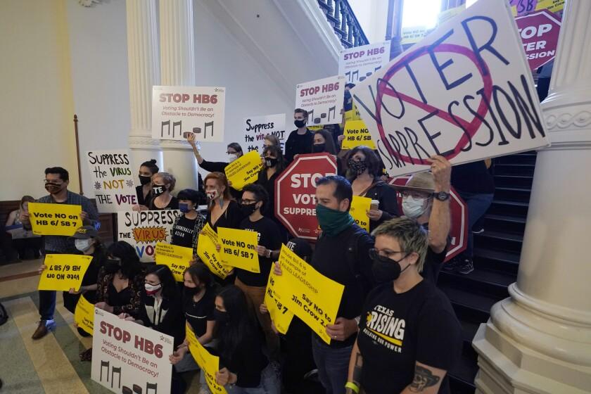 Un grupo de personas que se oponen a un nuevo proyecto de ley que atañe a los electores