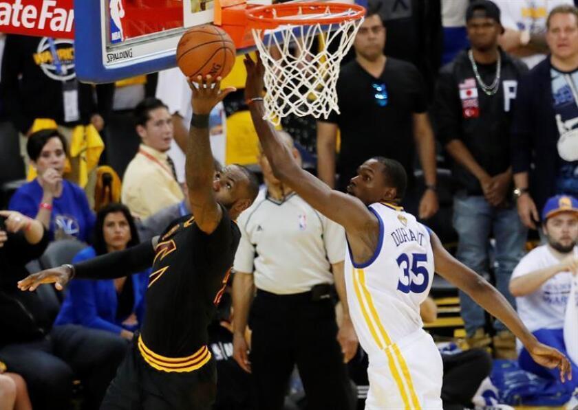 En la imagen, el jugador Kevin Durant (d). EFE/Archivo