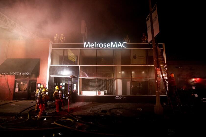 Los bomberos inspeccionan la tienda MelroseMAC que fue saqueada y saqueada después de un día de protesta durante el cual miles de manifestantes tomaron la calle para manifestarse tras la muerte de George Floyd, en Los Ángeles, California (EE.UU.), el 30 de mayo de 2020. EFE/EPA/ETIENNE LAURENT