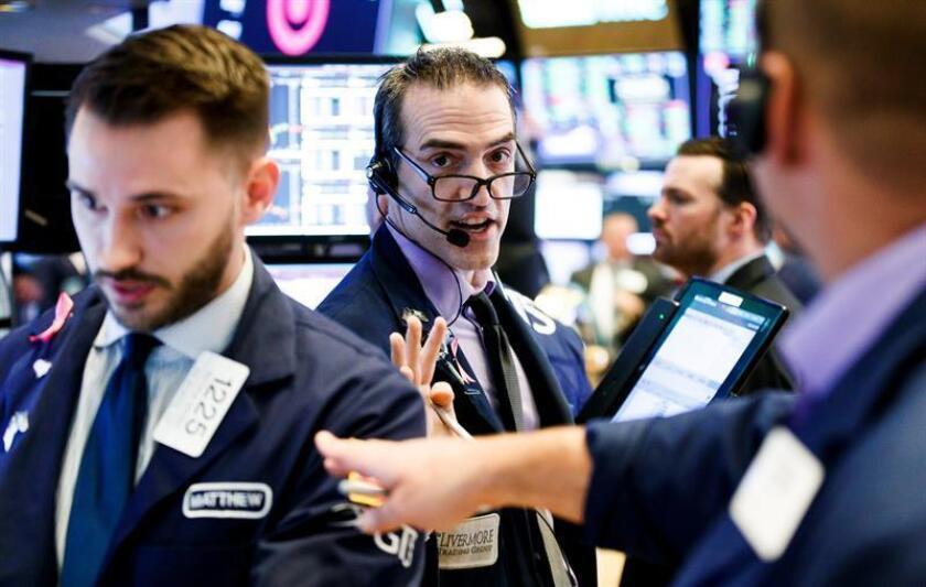 Agentes de Bolsa realizan su trabajo en el parqué de Nueva York, en Estados Unido. EFE/Archivo