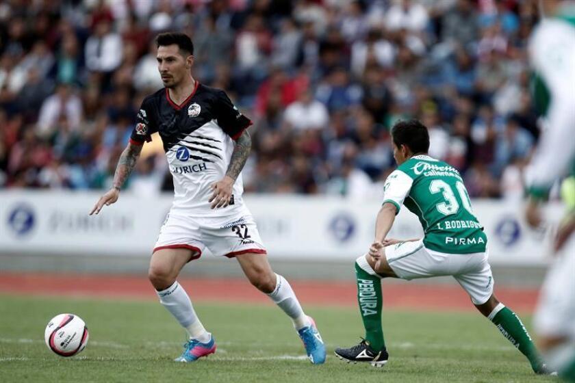 En la imagen, el jugador paraguayo Jonathan Fabbro (i), de Lobos BUAP. EFE/Archivo