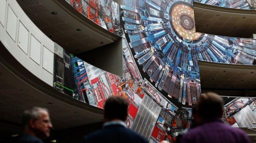 Una pintura gigante del colisionador adorna el edificio Cern.