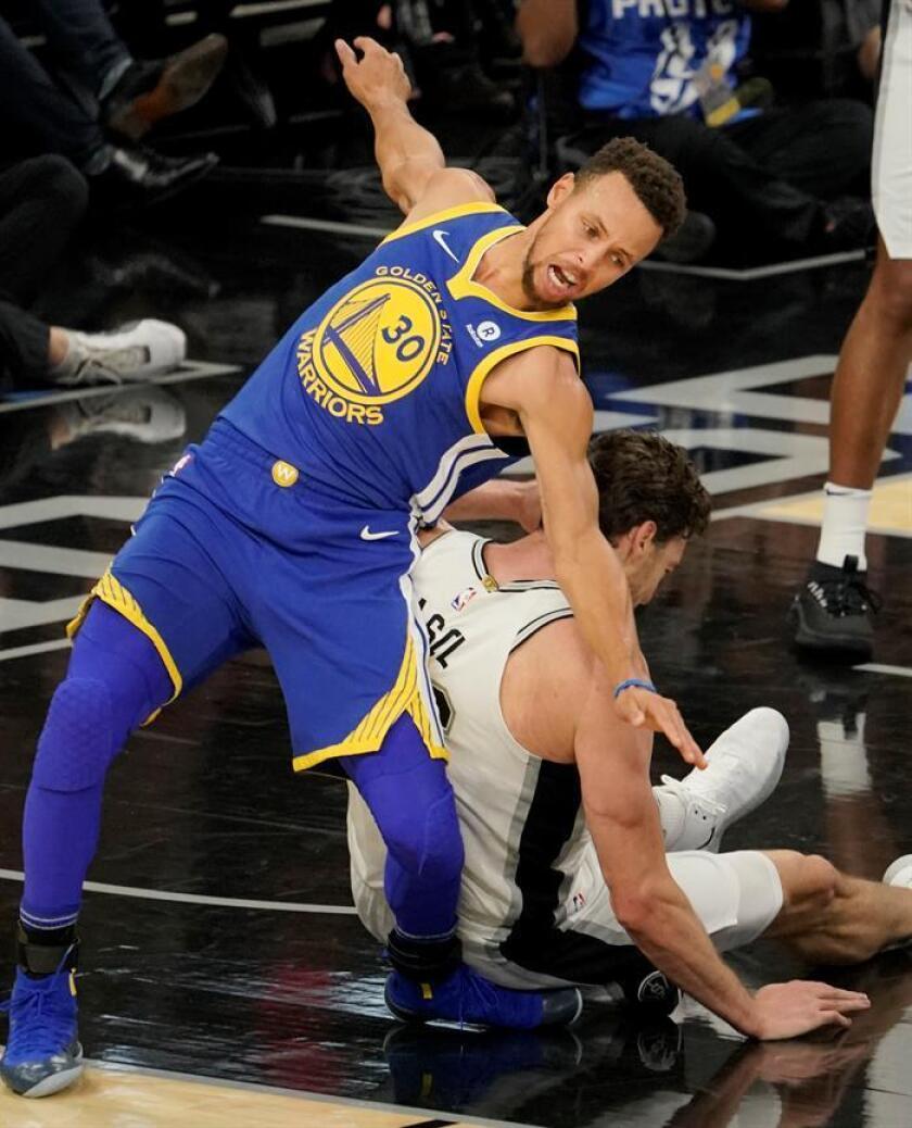 En la imagen un registro del base estrella de los Warrios de Golden State, Stephen Curry (i), quien será baja por al menos dos semanas tras confirmarse que sufre un esguince en el tobillo derecho. EFE/Archivo