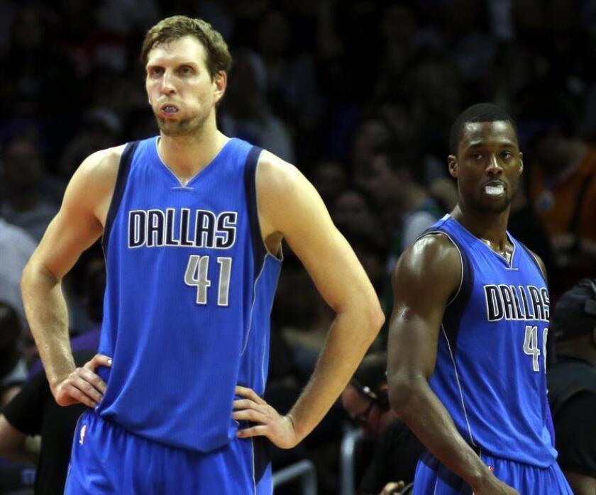 Los jugadores de los Mavericks Dirk Nowitzki (i) y Harrison Barnes (d). EFE/Archivo