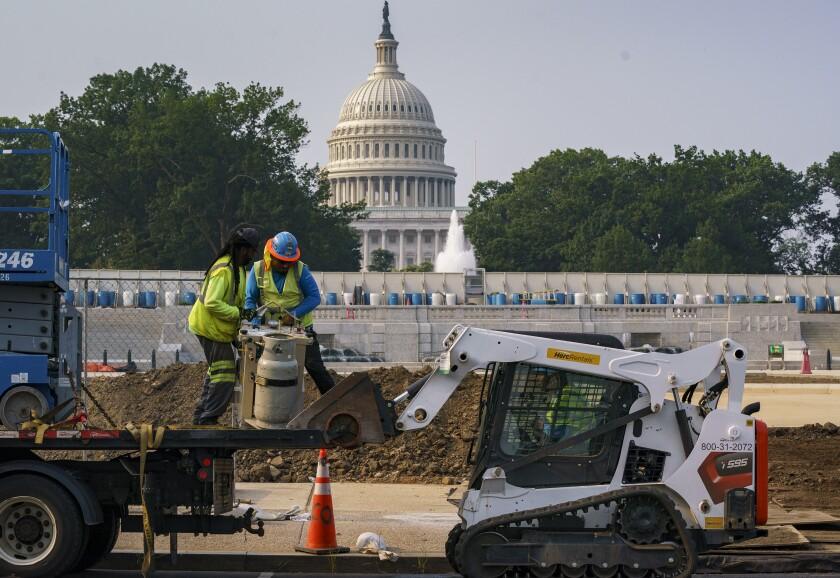 Trabajadores arreglan un parque cerca del Capitolio en Washington.