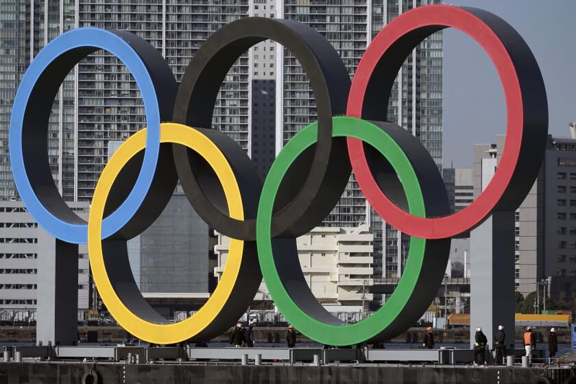 Los anillos olímpicos son desplegados en el distrito de Odaiba de Tokio.