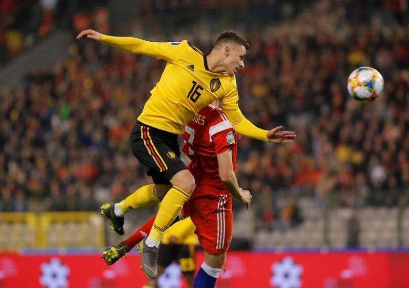 Thorgan Hazard (i) de Bélgica salta por un balón este jueves, durante un partido de la fase clasificatoria para la Eurocopa 2020 entre Bélgica y Rusia en Bruselas (Bélgica). EFE