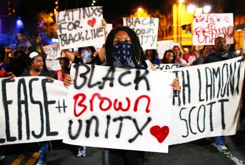 Los manifestantes se congregaron el viernes por la noche en un parque antes de marchar hacia el distrito comercial de Charlotte portando pancartas. REUTERS/Mike Blake