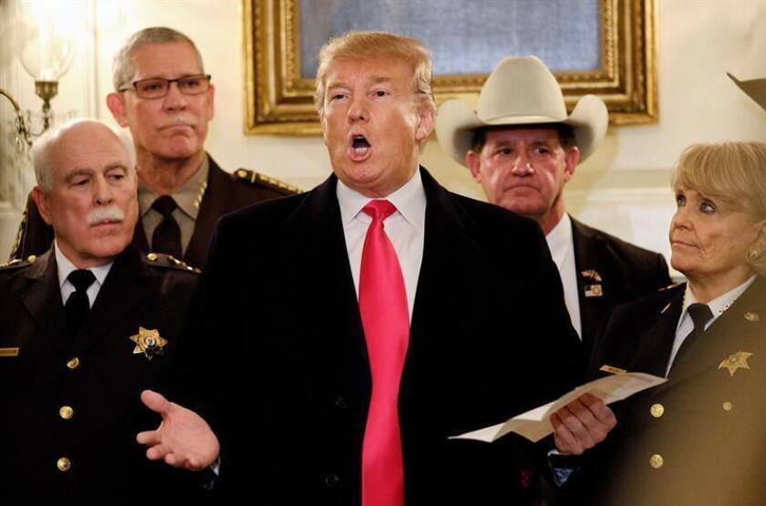 El presidente de los Estados Unidos, Donald J. Trump (c), habla con la prensa tras reunirse con alguaciles de todo el país antes de dirigirse a un mitín en Texas. EFE/Archivo