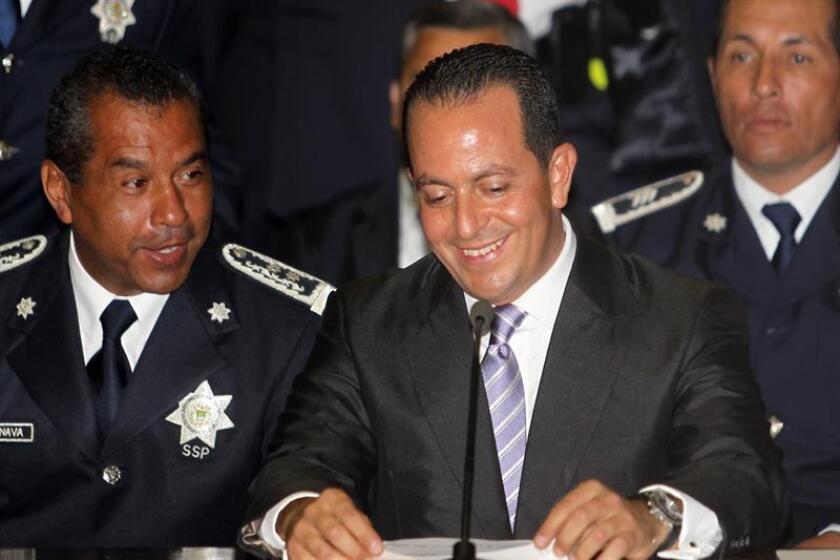 Fotografía de archivo de el secretario de Seguridad Pùblica de Veracruz, Arturo Bermudes Zurita (c) quien renunció hoy, jueves 6 de agosto de 2016, después que una investigación revelara que cuenta con propiedades en Texas (EE.UU.) por un valor de más de 2,4 millones de dólares. EFE/Saúl Ramirez
