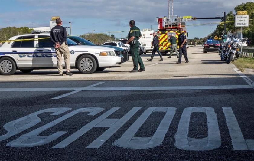 Varios policías vigilan frente a la escuela de secundaria Marjory Stoneman Douglas de la ciudad de Parkland, Florida, EE.UU., el 15 de febrero del 2018, donde al menos 17 personas murieron hoy en un nuevo tiroteo, el decimoctavo en lo que va de año en centros educativos del país, en una masacre que se atribuye al exalumno de origen hispano Nikolas Cruz. EFE