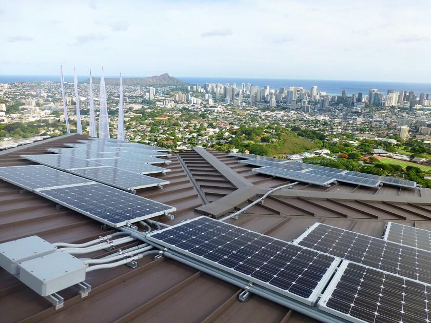 En esta foto sin fecha suministrada por Blue Planet Energy Systems, LLC, se ven paneles de energía solar en la vivienda de Henk Rogers en Honolulu.