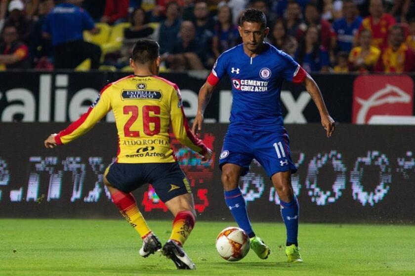 El Cruz Azul, que construyó una ventaja de dos goles en el partido de ida, recibirá este sábado a los Gallos de Querétaro con todo a favor para clasificarse para las semifinales del torneo Apertura 2018 del fútbol mexicano. EFE/Archivo