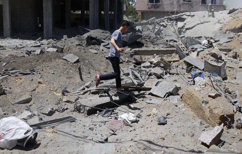 Un palestino inspecciona una casa destruida después de ser impactada por ataques aéreos israelíes en Beit Lahyia