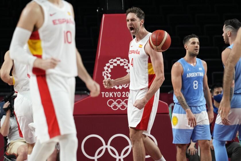 Paul Gasol levanta el puño y grita durante un partido de baloncesto en los Juegos Olímpicos de Tokio.