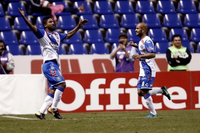 En la imagen, el jugador Christian Marrugo (i) del Puebla FC. EFE/Archivo