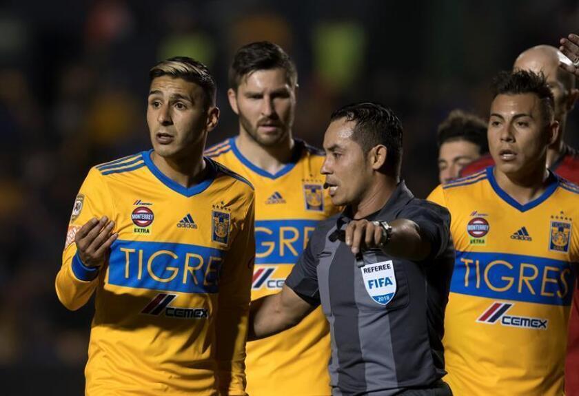 Victor Sosa (i) de Tigres de México reclama una jugada ante Toronto FC de Canadá. EFE/Archivo