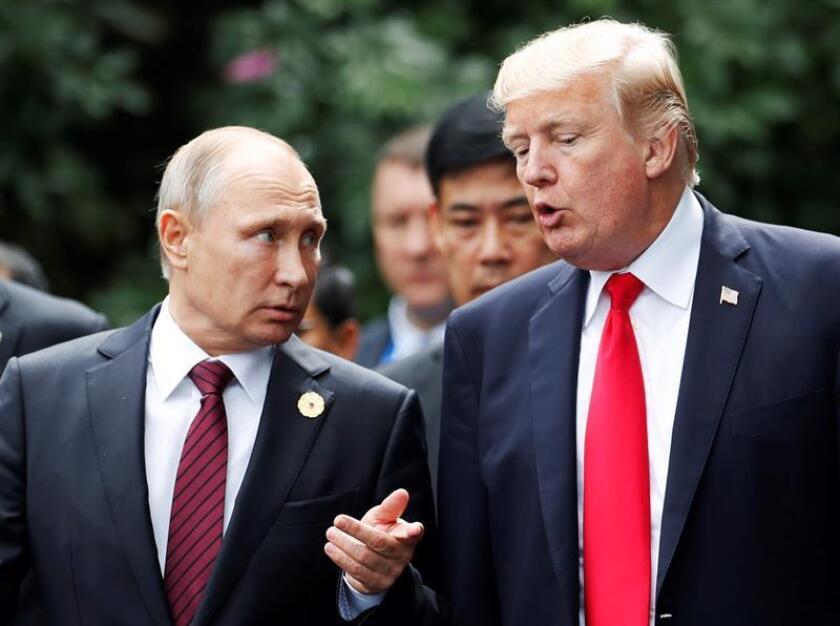 Fotografía de archivo tomada el 11 de noviembre de 2017 que muestra al presidente de los EEUU, Donald Trump (d), que conversa con el presidente ruso, Vladimir Putin (i), durante la cumbre del Foro de Cooperación Económica del Asia Pacífico (APEC, por sus siglas en inglés) en Da Nang (Vietnam).EFE/Archivo