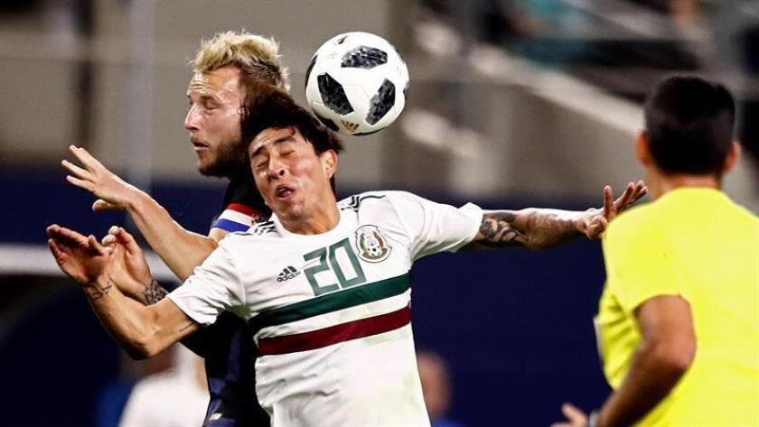 El jugador Omar Govea (d) de México disputa el balón con Ivan Rakitic (i) de Croacia hoy, martes 27 de marzo de 2018, durante un partido amistoso entre México y Croacia en Arlington, Texas, (Estados Unidos). EFE