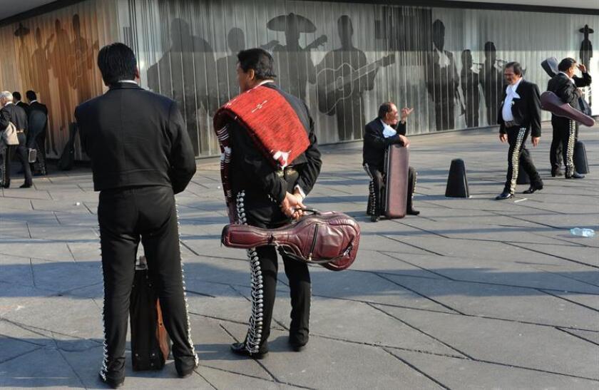 Fotografía de archivo donde se obserban a mariachis esperando clientes en la famosa Plaza Garibaldi de Ciudad de México. EFE/Archivo