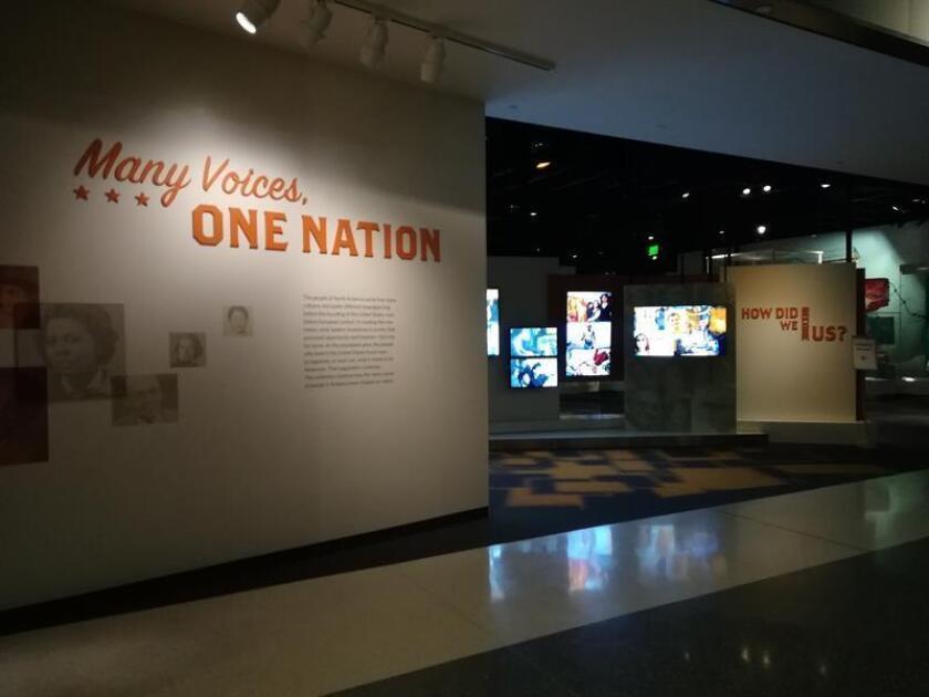 """Fotografía del 28 de noviembre de 2017, que muestra el montaje de la exposición """"De McWorter a Del Valle: las voces que construyeron los Estados Unidos de hoy"""", en el Museo de Historia Americana, en Washington (EE.UU.). Los esfuerzos del esclavo Frank McWorter por comprar la libertad de su familia y la lucha de los californios Del Valle por defender su permanencia en su hogar son solo dos de las muchas voces que han construido durante más de dos siglos la diversidad intrínseca a los Estados Unidos de hoy. La historias de McWorther y los Del Valle son dos de las historias que propone la exposición """"Muchas voces, una nación"""", del Museo Nacional de Historia Americana de Washington, sobre las gentes que han dado -y siguen dando forma- a las comunidades de este país. Cerca de 300 objetos il"""