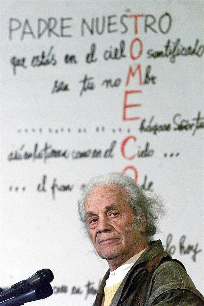 Fotografía de archivo del 8 de agosto de 2001 del poeta chileno Nicanor Parra. EFE/Archivo