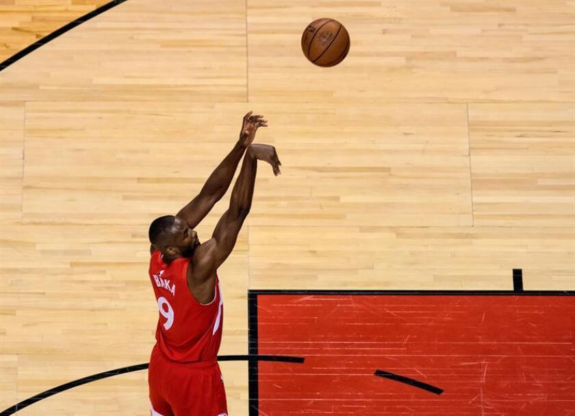 Serge Ibaka, ala-pívot español de los Raptors de Toronto, fue registrado este jueves al hacer un lanzamiento, durante un partido de la NBA ante los Bucks Milwaukee, en Toronto (Canadá). EFE