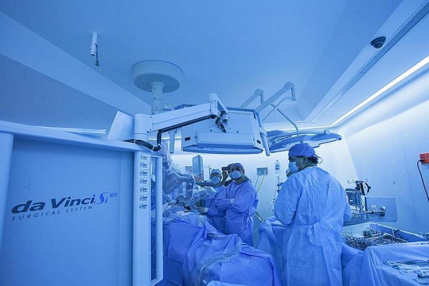 Fotografía cedida este martes, por el Instituto de Seguridad y Servicios Sociales de los Trabajadores del Estado (ISSSTE), que muestra a un grupo de médicos realizando una cirugía robótica en un hospital en Ciudad de México (México). EFE/SOLO USO EDITORIAL