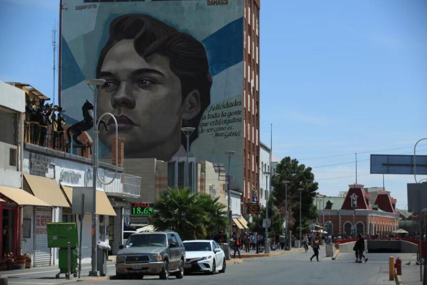 Fotografía de una calle y un edificio con una imagen pintada del cantante Juan Gabriel el 26 de agosto de 2019, en Ciudad Juárez (México). EFE/ Luis Torres.