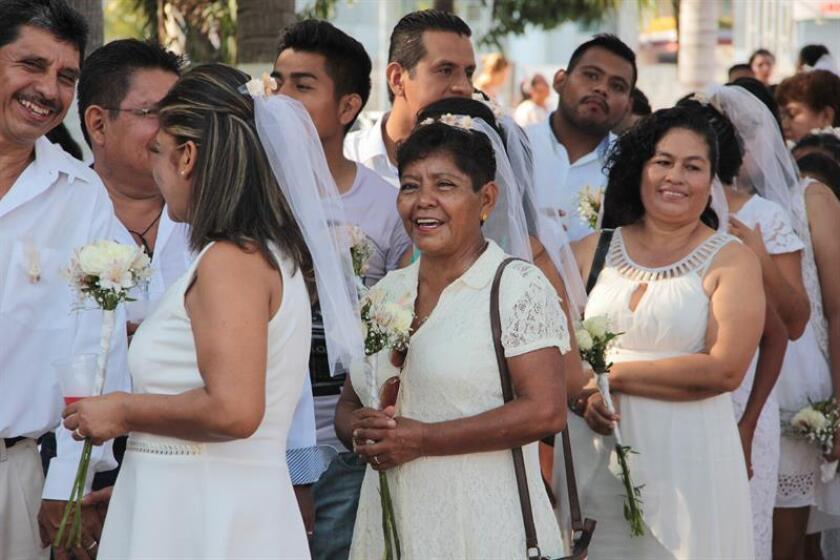 En un ambiente de alegría y esperanza, más de 250 parejas contrajeron matrimonio anoche en el puerto de Acapulco, ubicado en el sureño estado mexicano de Guerrero, con el objetivo formalizar su unión ante la sociedad pese a las dificultades a las que se hayan enfrentado durante los años. EFE/Archivo