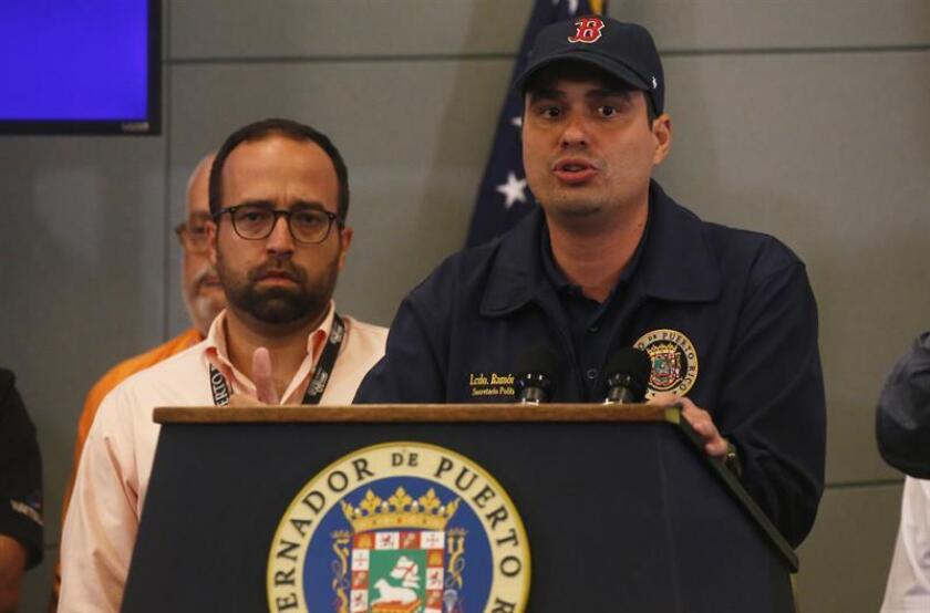 El secretario de Asuntos Publicos de Puerto Rico, Ramón Rosario (d), habla a los medios de prensa. EFE/Archivo
