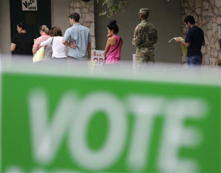 Poco más de una hora después de abrir los colegios electorales en la costa este han comenzado a formarse filas de personas para votar, lo que augura una alta participación en unos comicios marcados por la impopularidad de los dos principales candidatos.