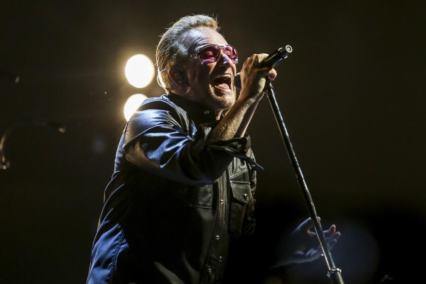 """En esta foto del 26 de mayo del 2015, Bono durante un concierto de la gira de U2 """"Innocence + Experience"""" en Inglewood, California. HBO y U2 están colaborando en un especial sobre la gira de la banda. La cadena dijo que transmitirá un documental en noviembre sobre cómo se montó este espectáculo y cómo el grupo superó obstáculos que incluyeron un accidente en bicicleta de Bono. También emitirán un próximo concierto de U2 en París. (Foto por Rich Fury/Invision/AP, Archivo)"""