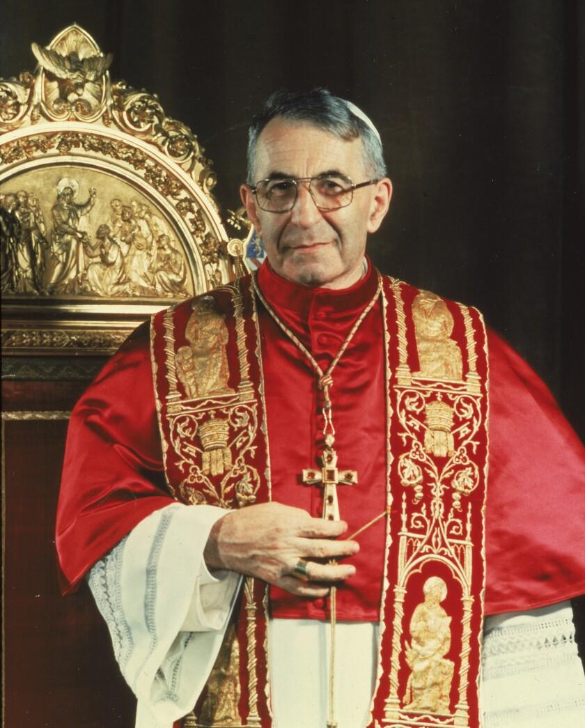 Fotografía de 1978 del papa Juan Pablo I de pie ante el trono papal en Ciudad del Vaticano.