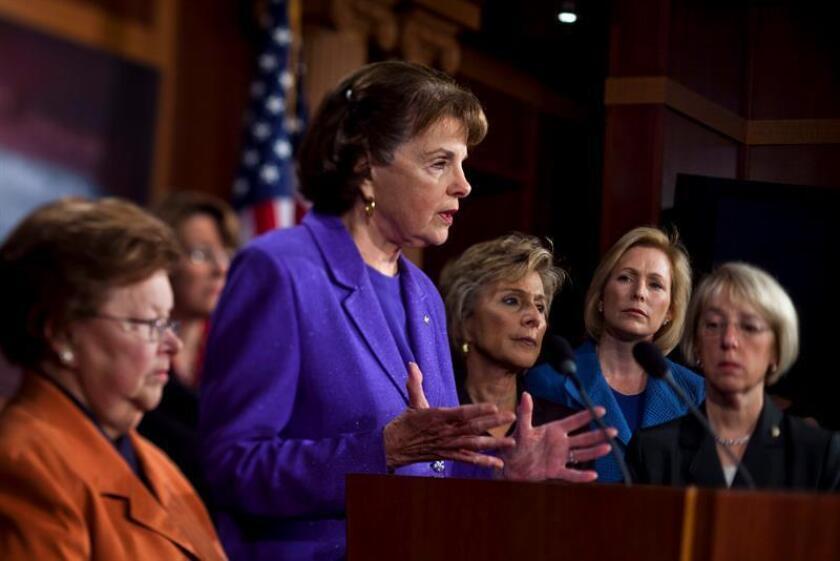 Las senadoras Barbara Mikulski, Diane Feinstein, Barbara Boxer, Katherine Gillibrand, y Patty Murray (izda a dcha), atienden a los medios en el Capitolio de Washington DC, EEUU. EFE/Archivo