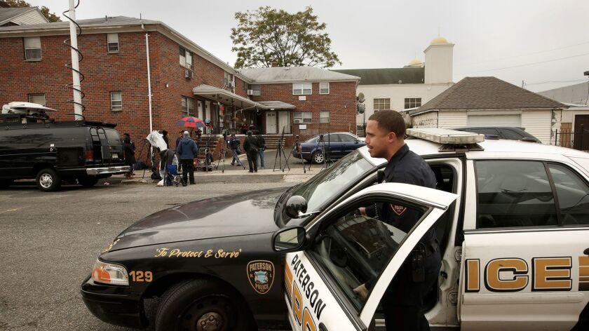 Policías y periodistas en el apartamento donde Sayfullo Saipov vivía en Paterson, N.J. Carolyn Cole / Los Angeles Times