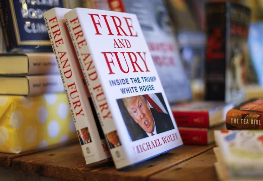 """El presidente de EE.UU., Donald Trump, y sus asesores insisten en su campaña contra el incendiario libro """"Fire and Fury"""" (""""Fuego y Furia""""), de Michael Wolff, que describe un equipo del mandatario dudoso de su capacidad para gobernar. EFE/EPA/ARCHIVO"""