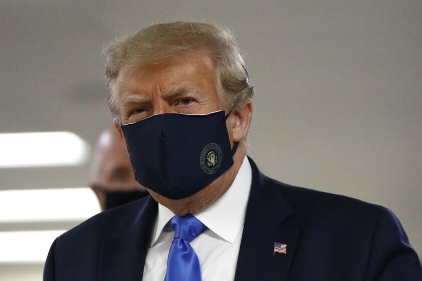 El presidente Trump lleva una máscara facial en el hospital Walter Reed de Bethesda, Maryland, el sábado.