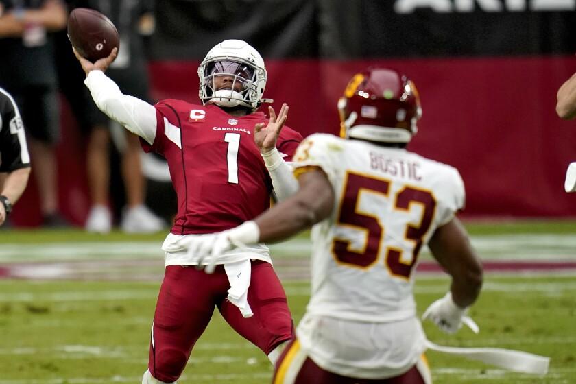 El quarterback de los Cardinals de Arizona Kyler Murray lanza un pase ante la presión del linebacker del Washington Football Team Jon Bostic, en la primera mitad del juego del domingo 20 de septiembre de 2020, en Glendale, Arizona. (AP Foto/Ross D. Franklin)